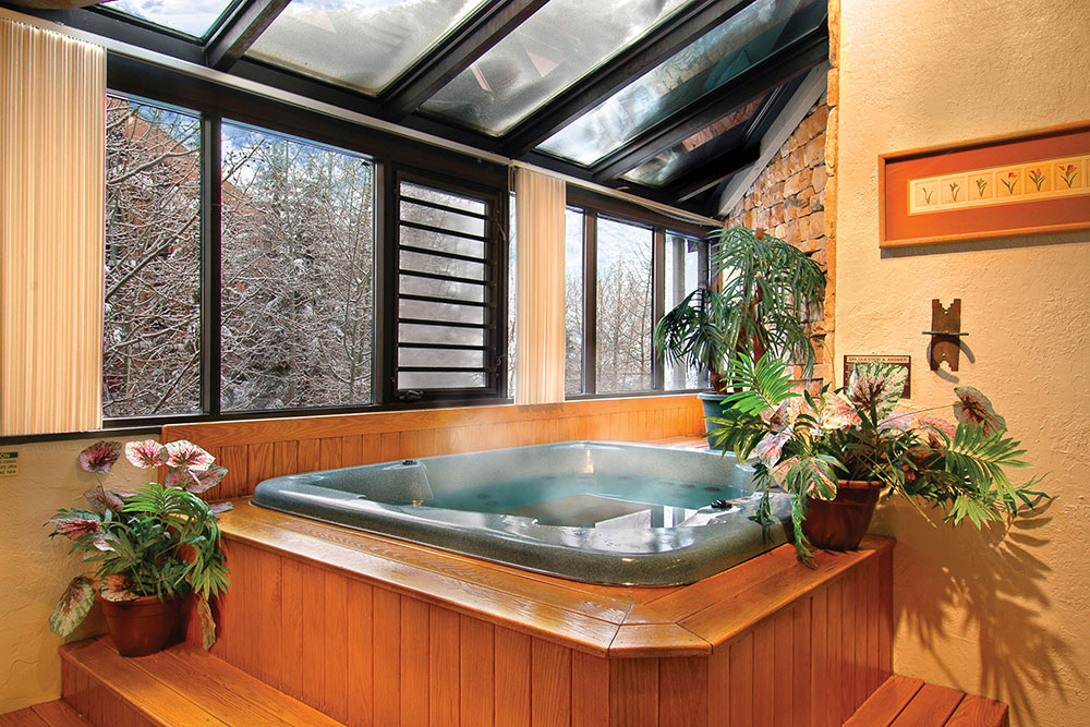 silver-king_standard-2-bedroom_ammenities-hot-tub_high_1.jpg
