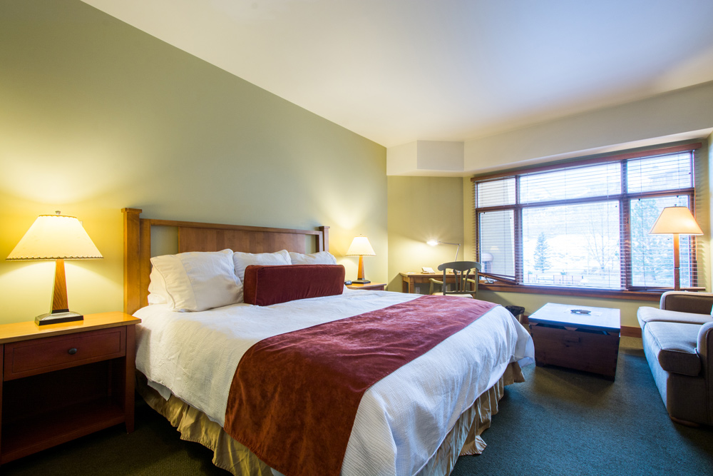 sundial-lodge_standard-hotel_room_bedroom_opt_1.jpg